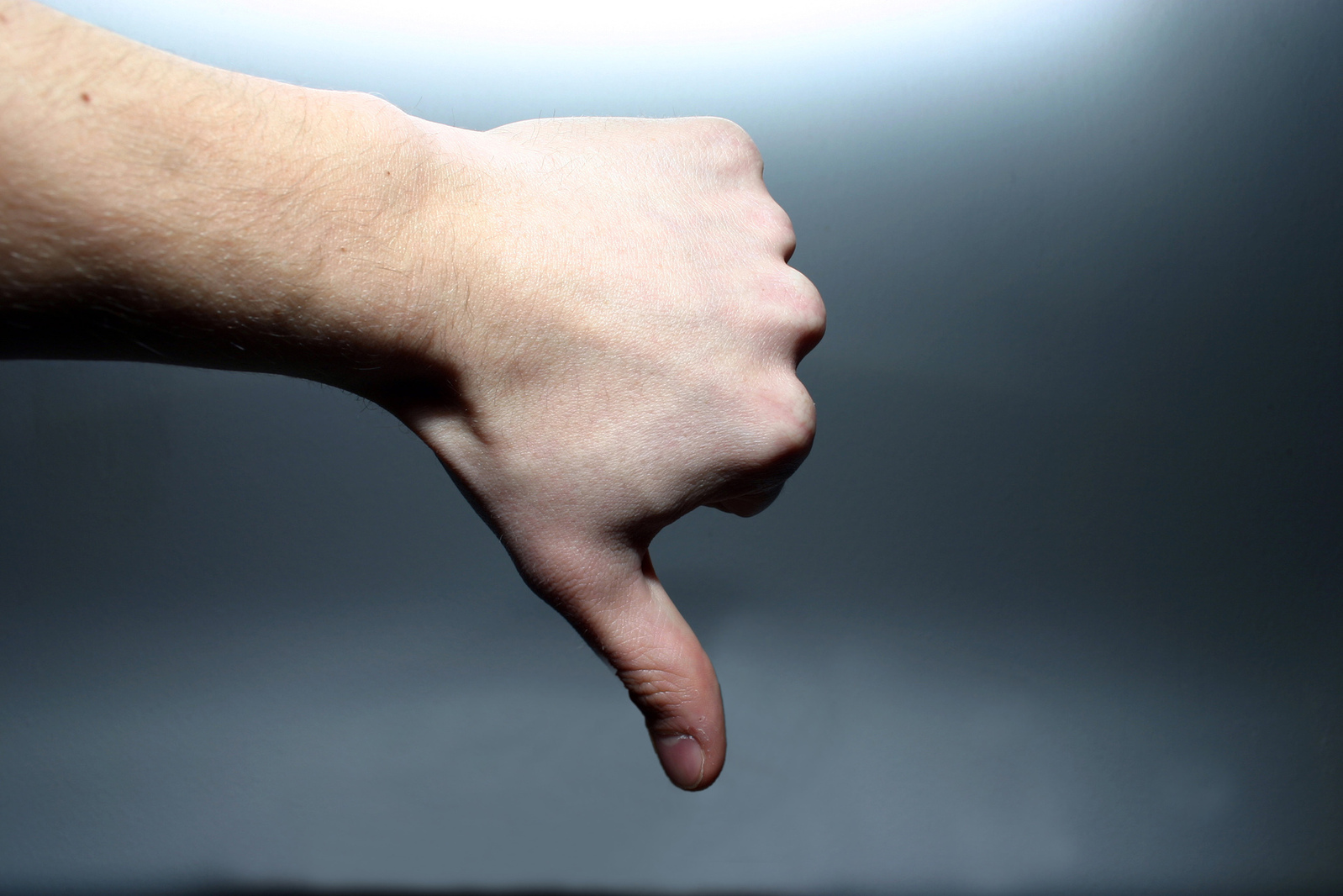 hands-thumbsdown-1520327-1598x1065